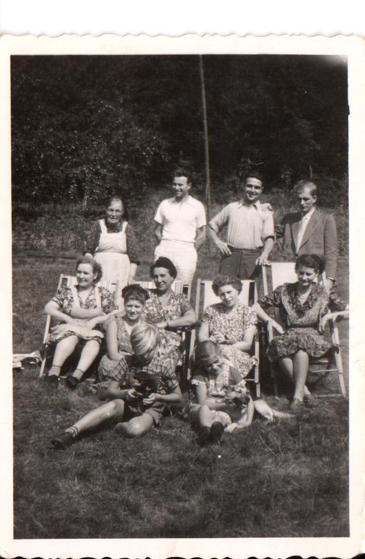Familie Bauer mit Gästen und Verwandten